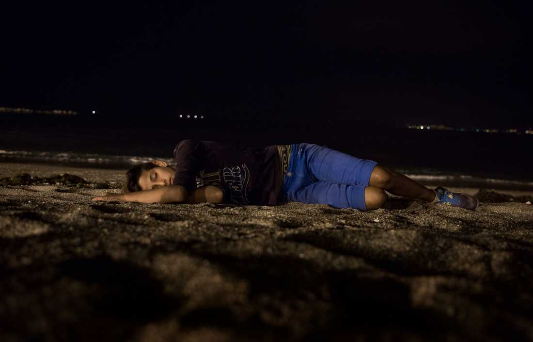 14-åriga Yassin sover på stranden i Ceuta.