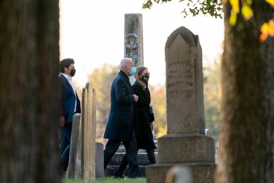 Joe och Jill Biden inledde valdagen med att besöka sin son Beaus grav.