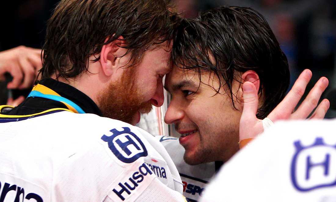 Stefan Liv efter SM-guldet 2010. På bilden tillsammans med David Petrasek. Säsongen därpå skrev han på för ryska Sibir Novosibirsk i KHL.