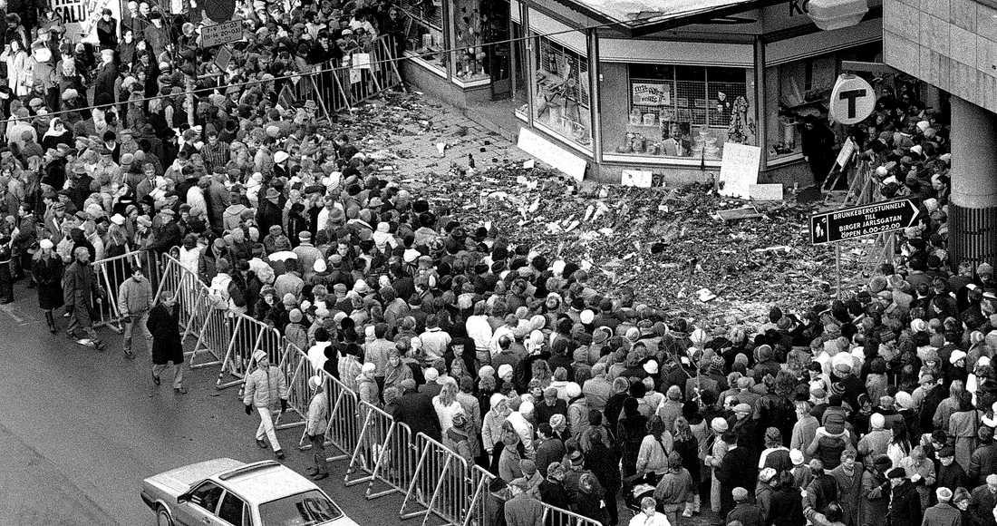 Mordplatsen på Sveavägen i Stockholm den 2 mars 1986. Drygt 30 år senare lever dådet kvar som en kombination av politiskt drama och kriminalgåta.