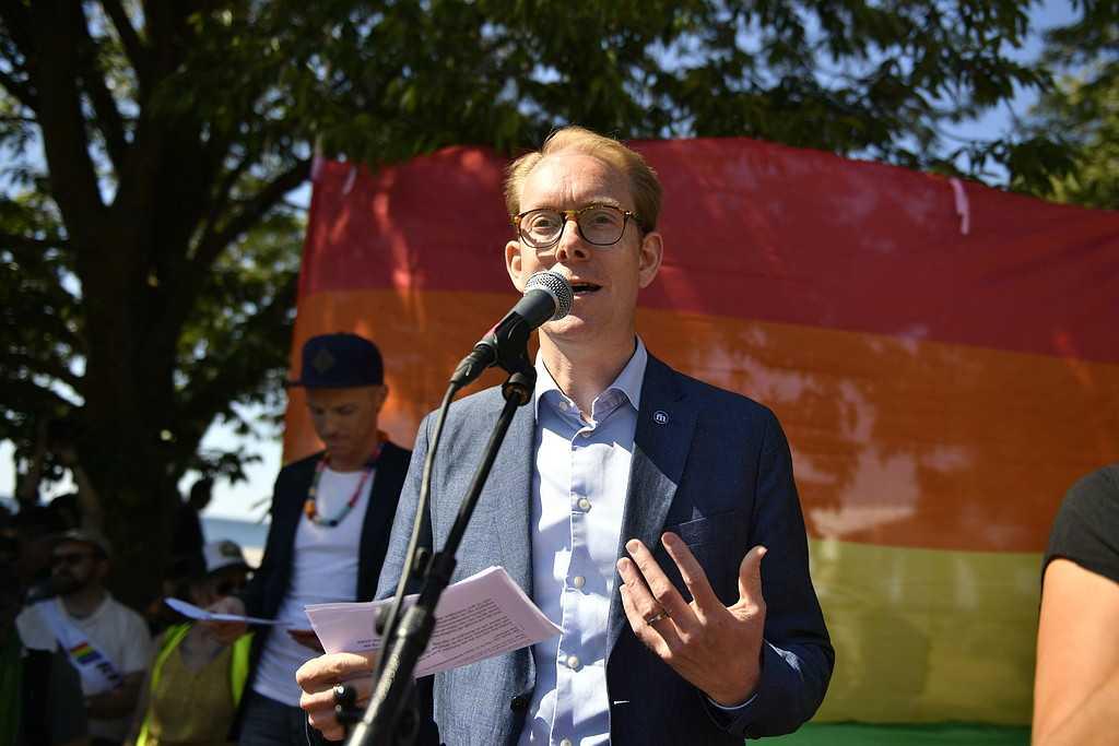 Moderaternas Tobias Billström talar vid mångfaldsparaden under politikerveckan i Almedalen.