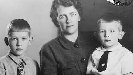 Med storebror Lasse och mamma.