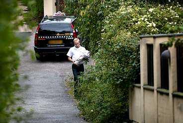 Ett taxibud anlände i går morse med blommor till Marie Fredrikssons hem.