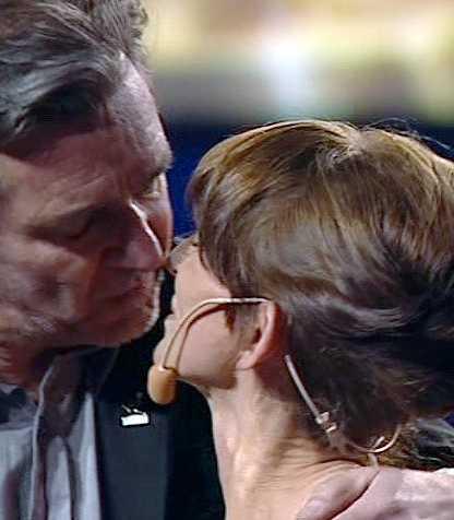 Sussi Janson får stöd av sin gamle vän, skådespelaren Kjell Bergquist.
