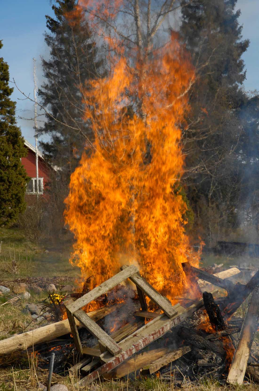 Trots eldningsförbud och avrådan från att elda har Stockholms brandförsvar fått rycka ut flera gånger.
