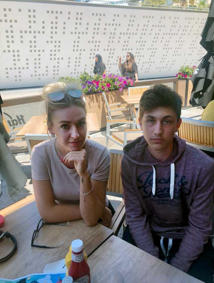 Rebecca Boström, 25, och William Pahmirpour, 15, från Bergaskolan i Smedjebacken är fast i Malaga efter SAS-piloternas strejk