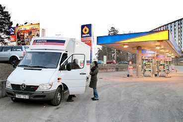 TILLBAKA FRÅN DANMARK Lastbilen lämnas tillbaka i Järfälla, Sverige. Aftonbladet var på plats när lastbilen som hyrts på Statoil i Järfälla återlämnades i går kväll. Då fanns ingen av dem som greps av den danska polisen med. Bilen lämnades in av chaufförer som hade lovat 43-åringen att göra honom en tjänst.