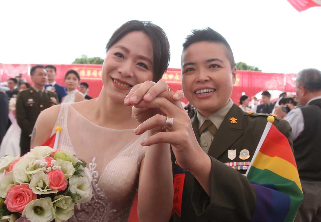 Wang Yi (till höger) och Yumi Meng visar sina ringar efter vigseln. Taiwan är ensamt i Asien om att ha legaliserat samkönade äktenskap, vilket skedde i maj 2019.