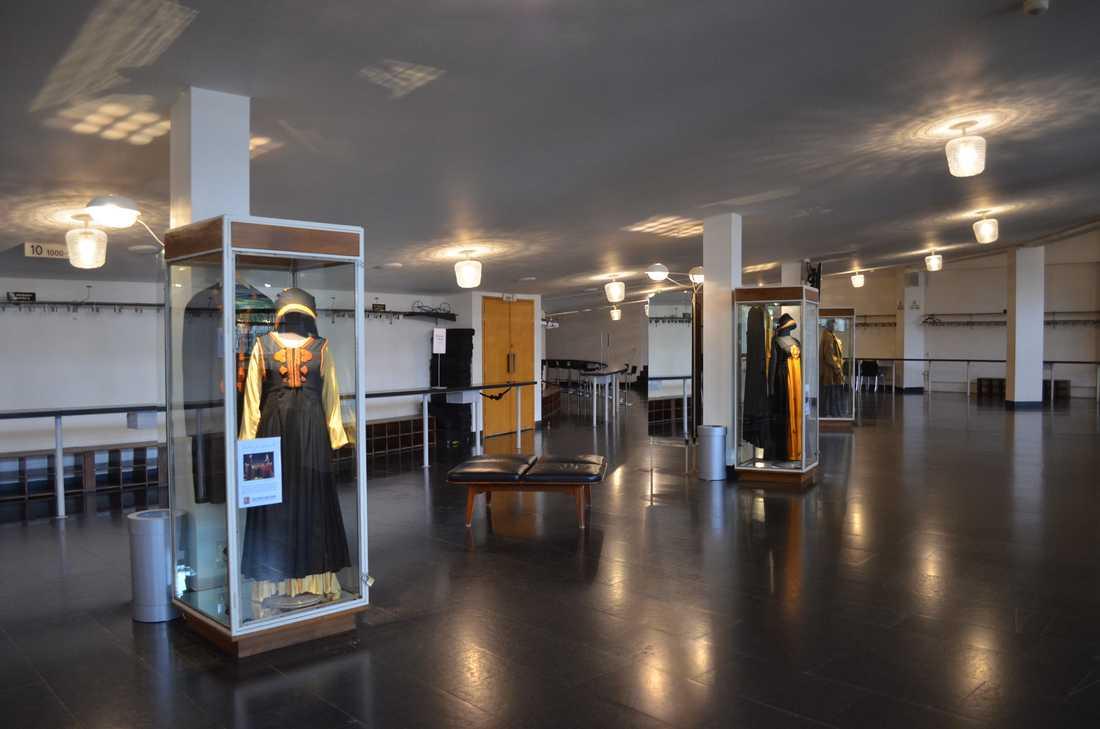 I foajén på Malmö opera ställs kostymer från orginaluppsättningen ut.