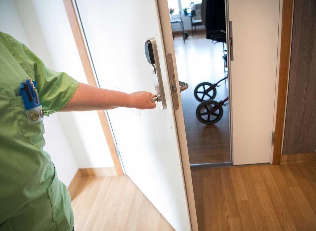 En undersköterska gläntar på en dörr till ett boende på ett äldreboende. Arkivbild.