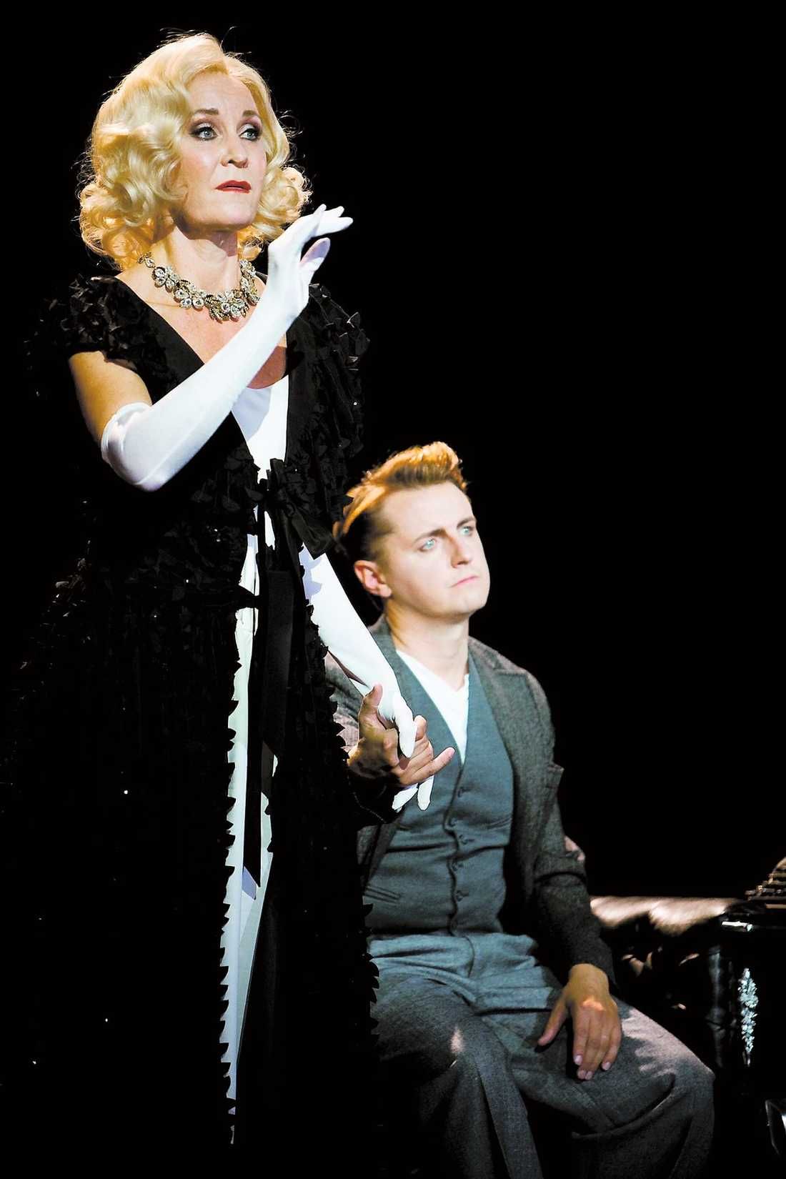 Maria Lundqvist och Christer Nerfont är lysande i rollerna som det avdankade Hollywoodparet Norma Desmond och Joe Gillis.