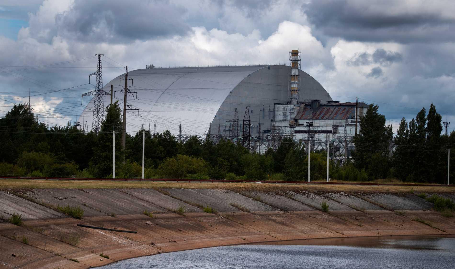 Tjernobylreaktorn har stängts in i en ny metallkupol som hindrar radioaktiv strålning från att läcka ut.