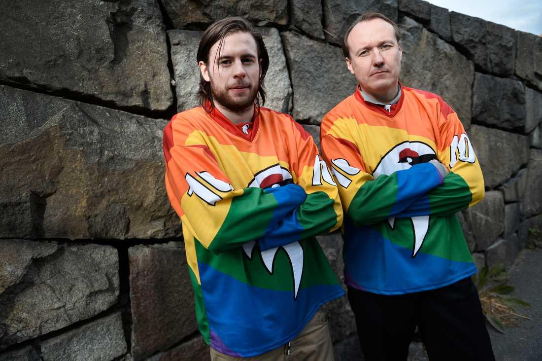 Backen Viktor Esseryd och Johan Köhler, ordförande Kiruna IF presenterar den nya lagtröjan i regnbågsfärger.