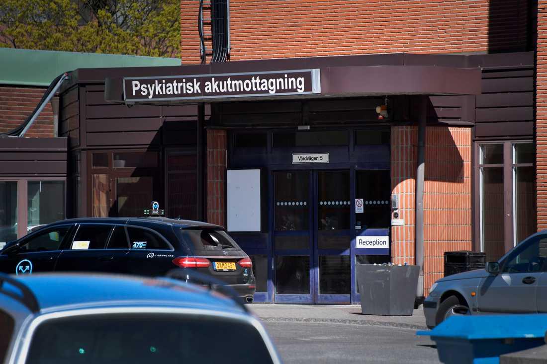 Det var här på den psykiatriska mottagningen på S:t Görans sjukhus som sexualförbrytaren jobbade, och som Emma sökte hjälp.