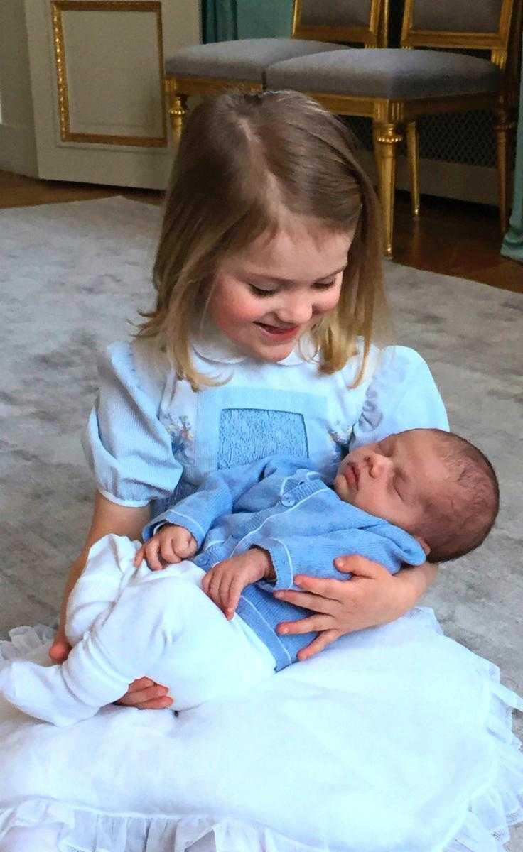 Prins Oscar med storasyster Estelle.