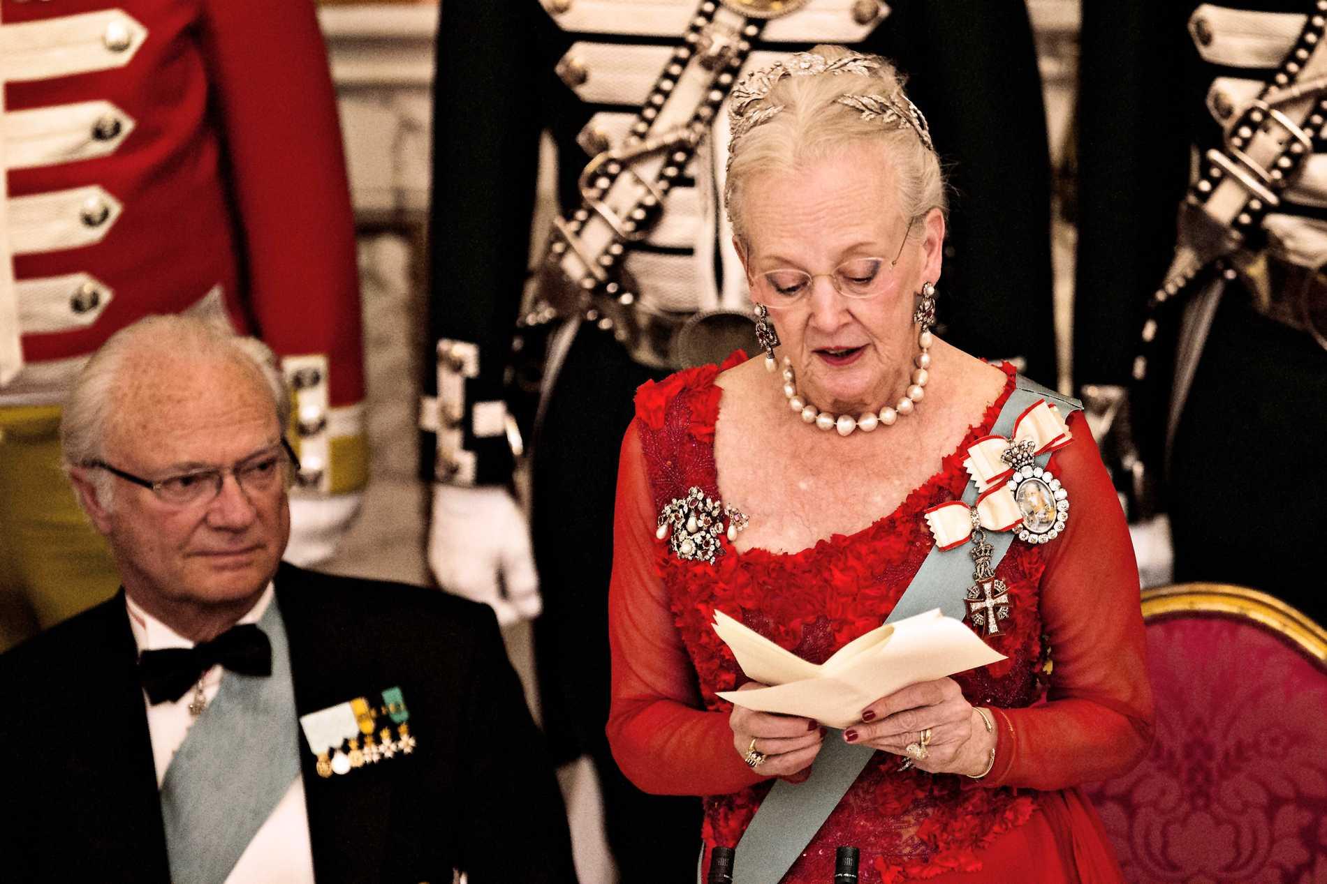 Drottning Margrethe har ett nedtonat 80-årsfirande i viruskristen, men kan i framtiden erbjuda kung Carl XVI Gustaf (till vänster) och andra fina gäster nyrenoverade festbestick på Christiansborg. Bilden är från hennes 75-årsfest 2015.
