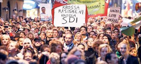 I centrala Stockholm demonstrerade tusentals människor mot Sverigedemokraterna i förrgår.
