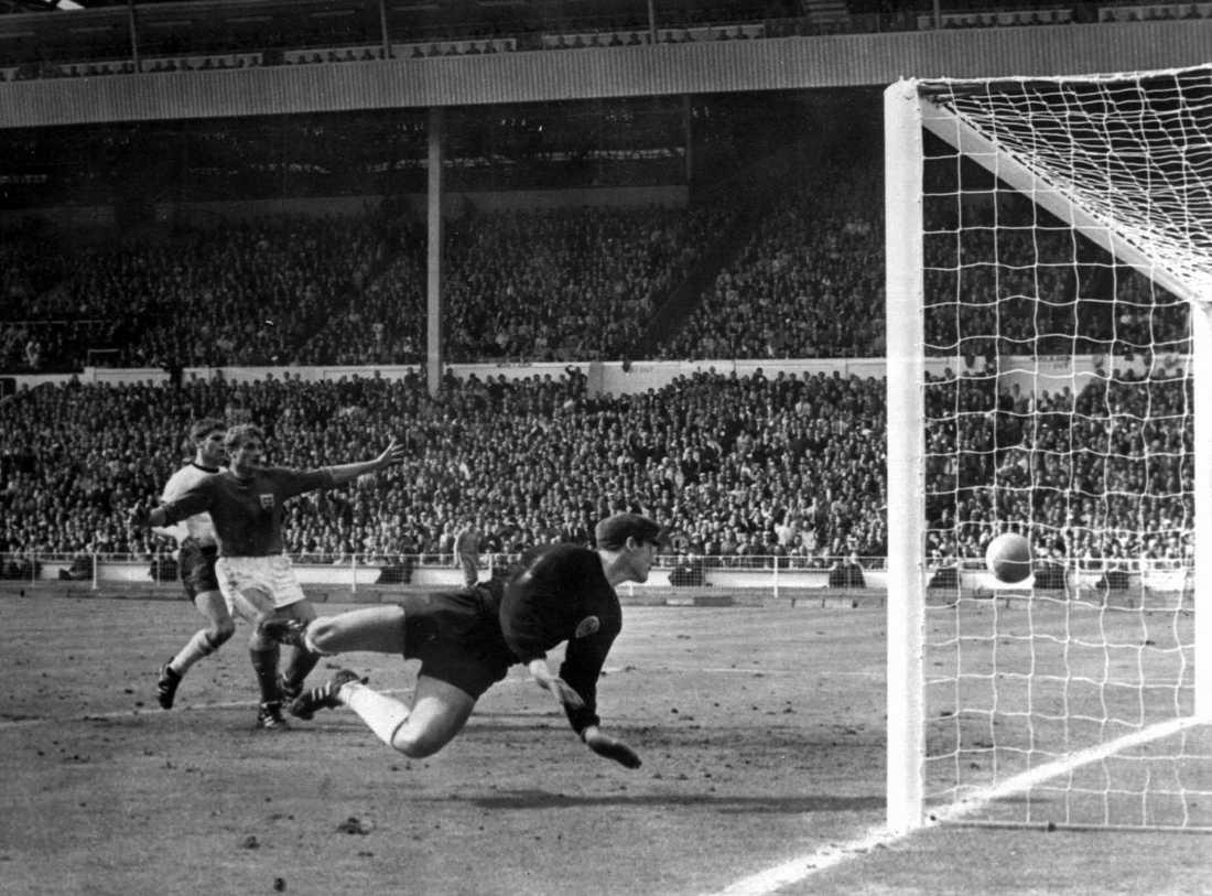 Hans Tilkowski släpper in det kontroversiella målet i VM-finalen 1966. Arkivbild.