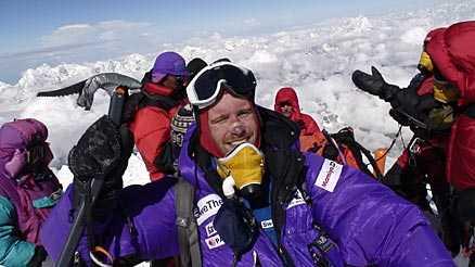 Fredrik Sträng befinner sig på Mount Everest just nu - det första av sju berg han ska bestiga.