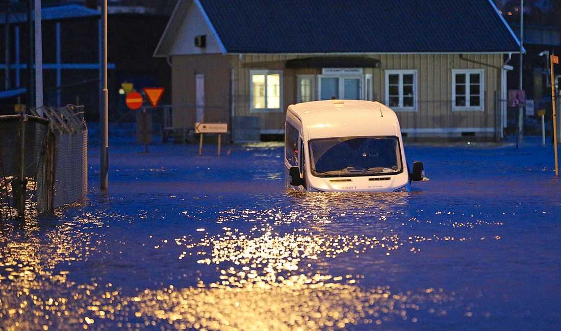 En bil är fast i kraftig översvämning i Uddevalla. Efter stormen på söndagen steg vattennivån till 140 centimeter över det normala.