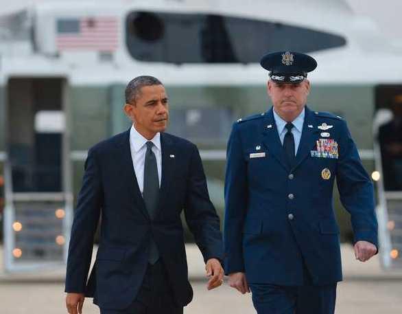 Obama när han tidigare under söndagen landade i Connecticut.