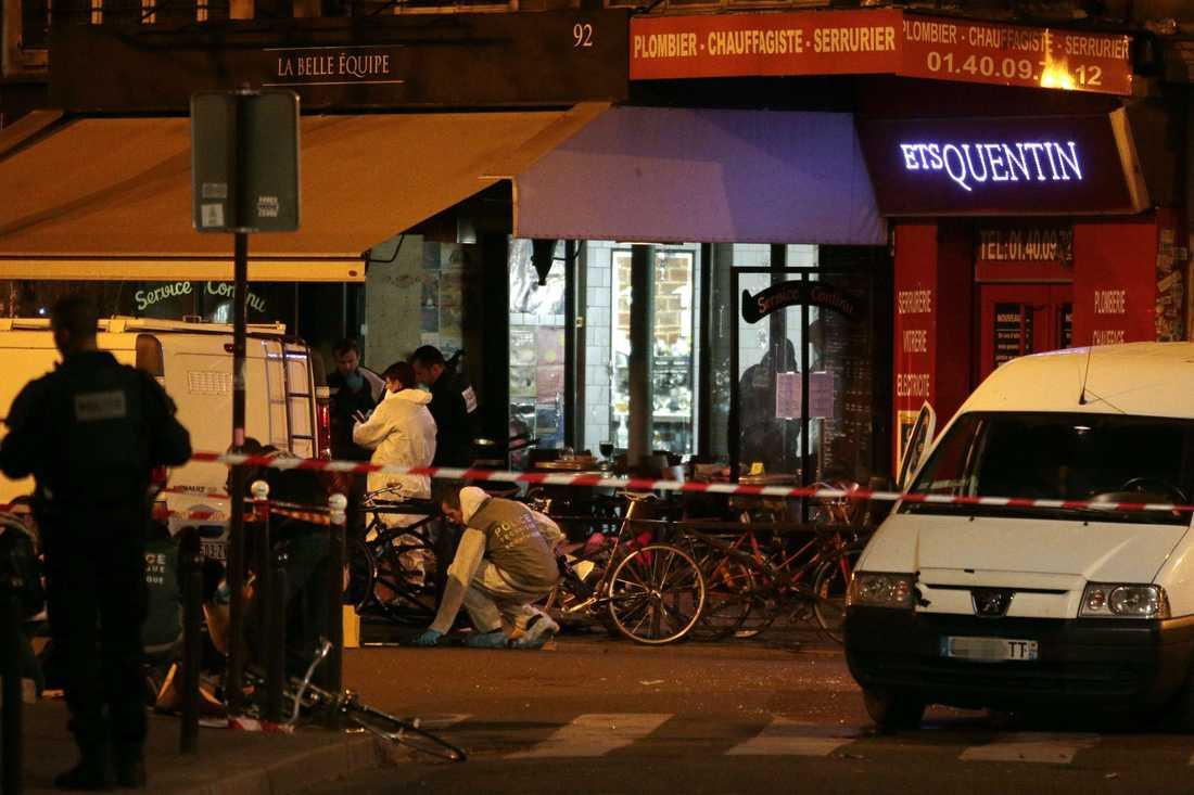 Utanför caféet efter attacken.