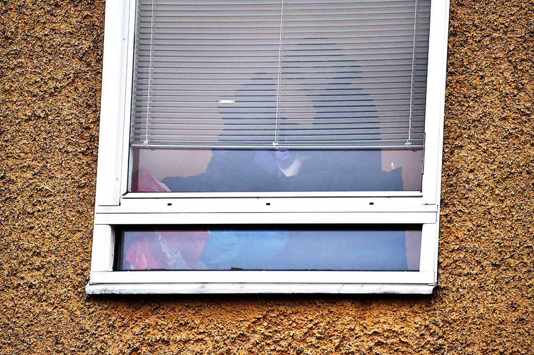 Polisfotograf i lägenheten i Vårberg.