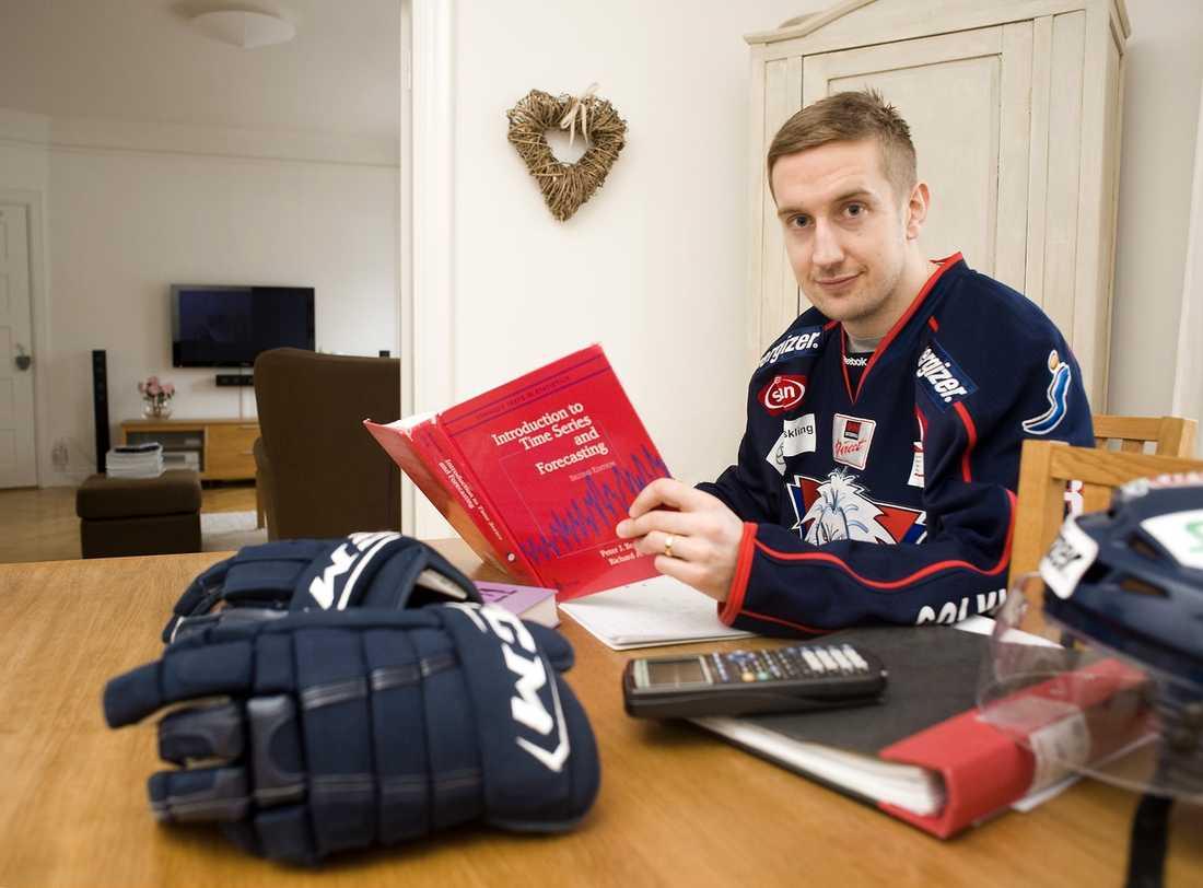 """""""Jag ska ju spela hockey några år till, men tanken är att jag ska underhålla det här under tiden och kanske få någon praktikplats"""", säger Erik Andersson om sina studier."""
