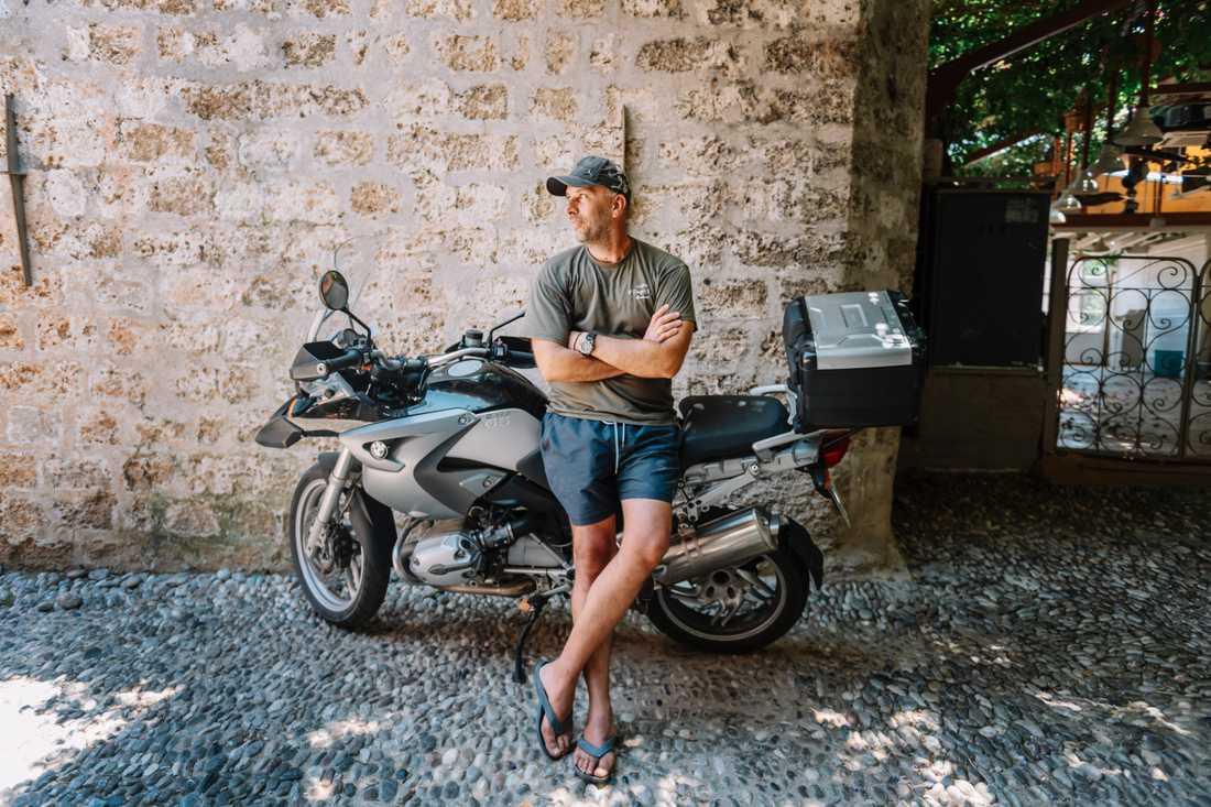 """Yannis Xatzimixalis familj har drivit en restaurang i Rhodos stad i 30 år. Nu håller han stängt i väntan på att turisterna ska komma tillbaka. """"Juli och augusti brukar vi ha som mest att göra, men ni är bland de första internationella besökarna jag ser"""" säger han till TT."""