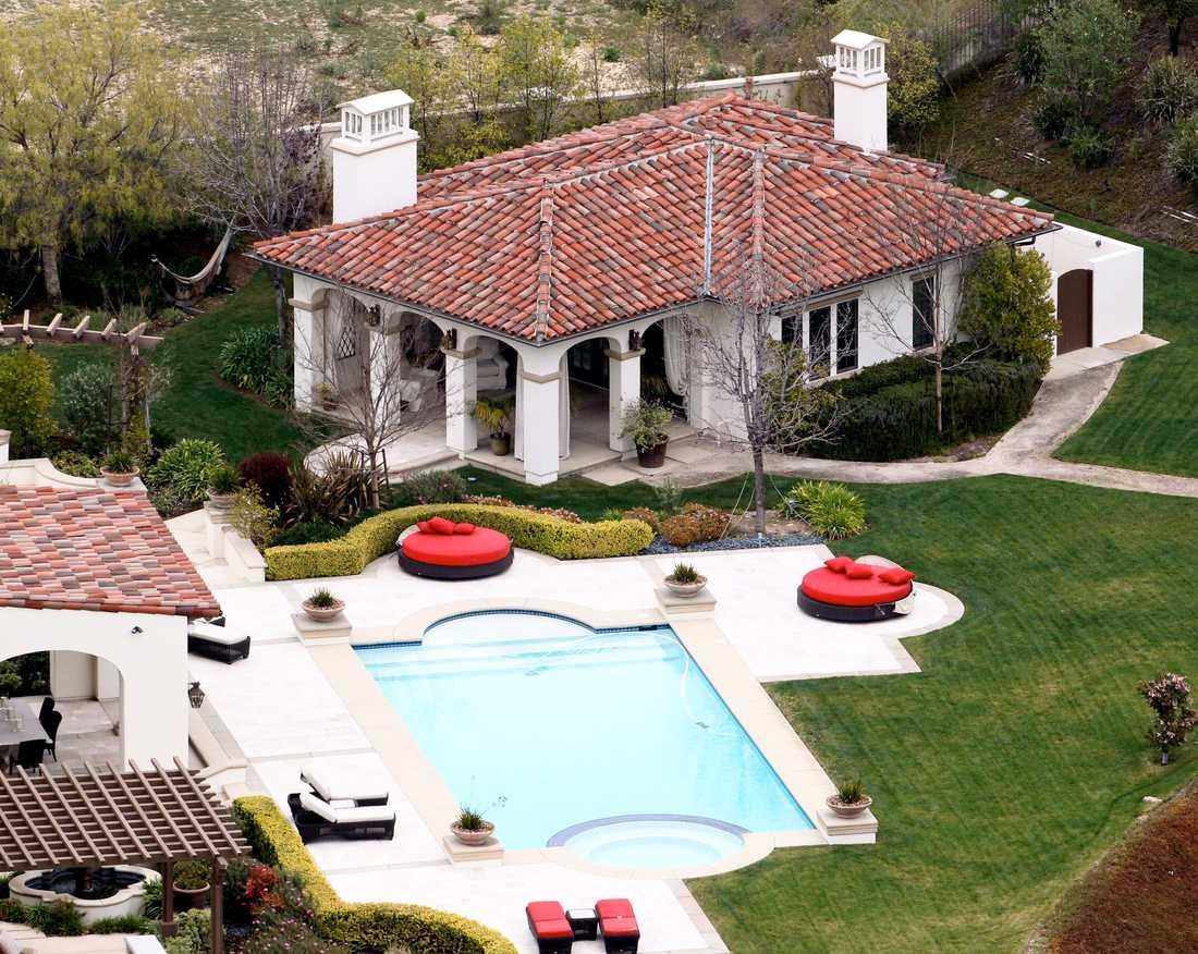 En pool, ett gästhus och ett stort garage ingår i priset.