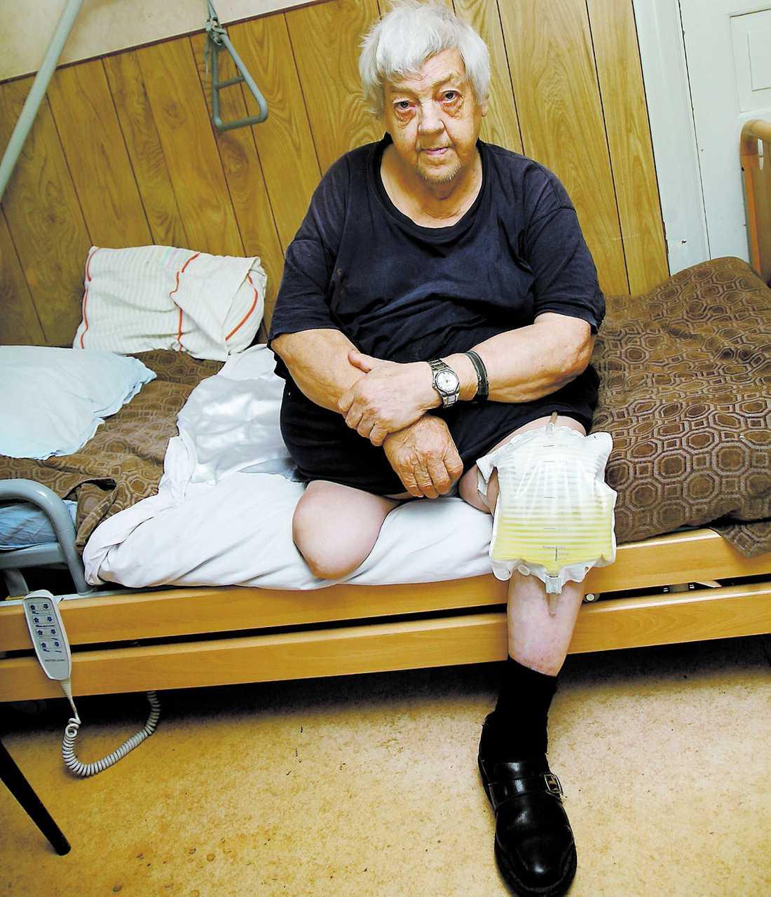 Fånge i sängen Lage Danielsson brukade klara sig själv när han hade sin protes – nu kan han inte ta sig ur sängen på egen hand.