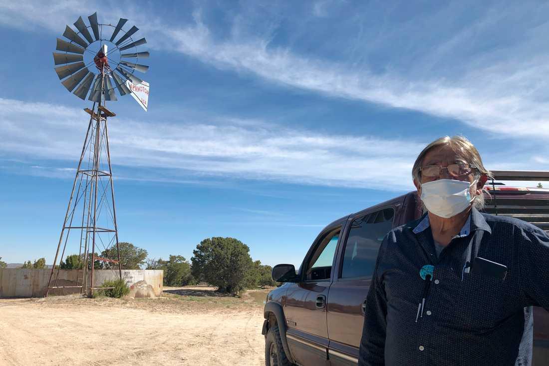 Johnnie Henry, som leder en kyrka i det virusdrabbade navajoreservatet i New Mexico, gör sig redo att köra ut dricksvatten till sina grannar.
