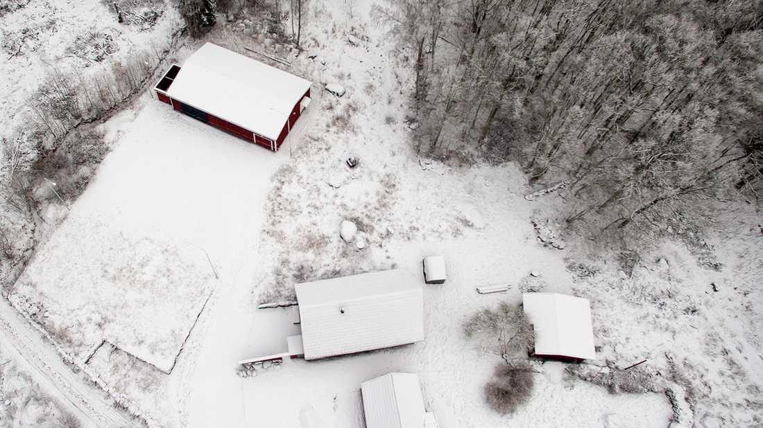 Flygbild över läkarens tomt. Högst upp i bilden syns huset som läkaren byggt som fängelse och där kvinnan hölls kidnappad.
