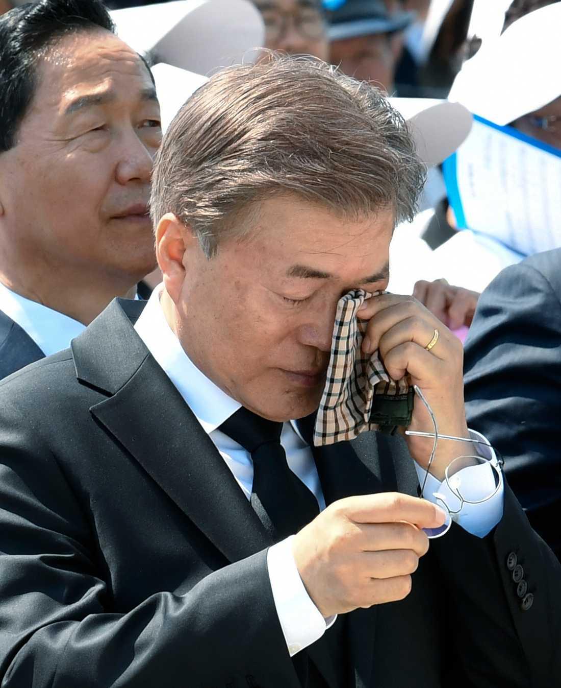 Sydkoreas president Moon Jae-In torkar tårar under en ceremoni till minne av de som dog under protesterna i Kwangju 1980. Akrivbild.