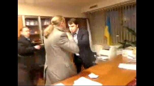 Parlamentsledamoten från Svoboda tvingar den ukrainske tv-chefen Oleksandr Pantelejmonov att avgå. Klippet lades först ut av tidningen Ukrainska pravda på Youtube.