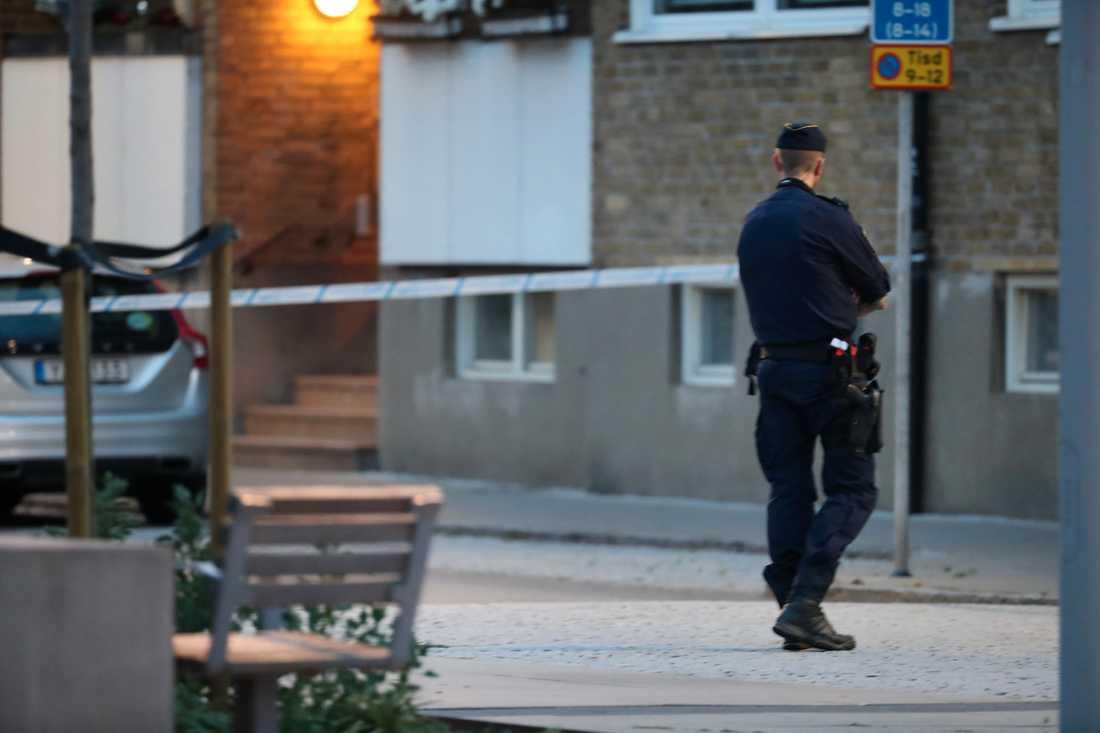 Polisen ser kopplingar mellan skottlossningen och sprängladdningarna i Landskrona. Bilden är från avspärrningar vid platsen för skottlossningen.