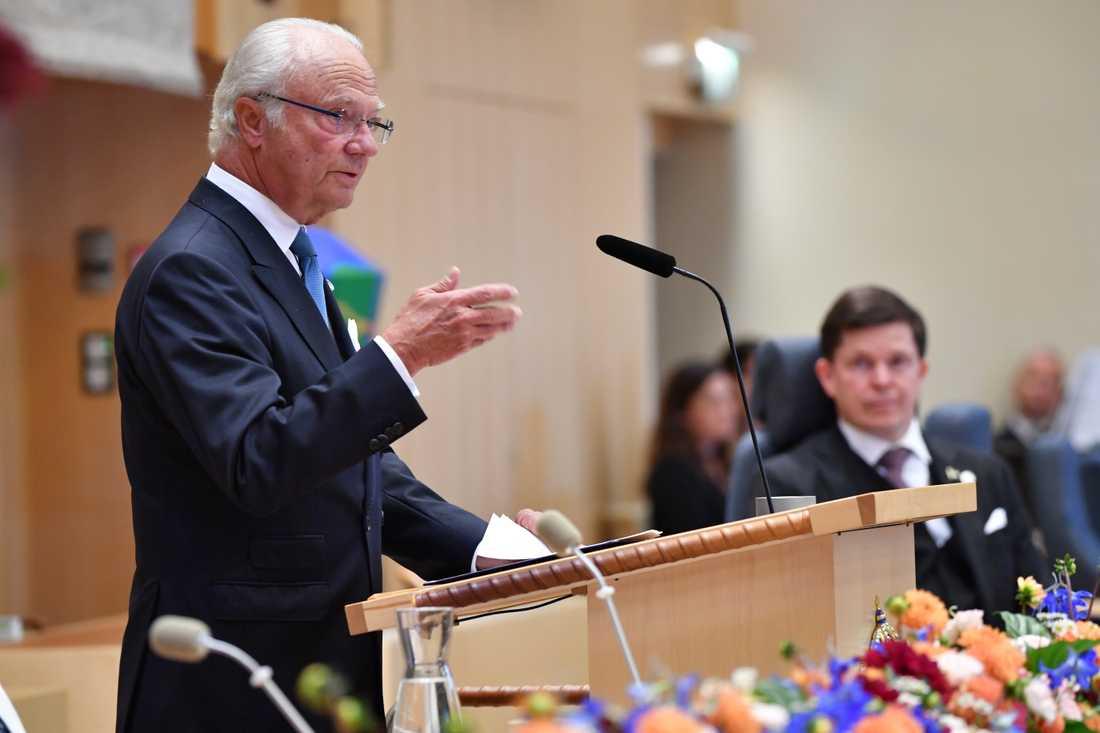 Kung Carl Gustaf talar i plenisalen i riksdagshuset
