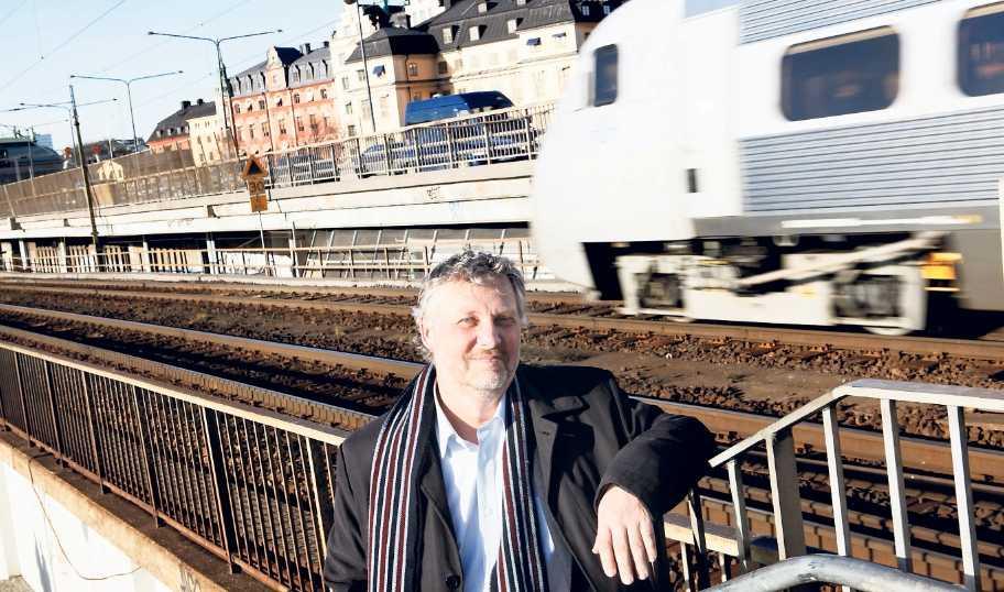 satsar kollektivt Miljöpartiets språkrör Peter Eriksson säger nej till Förbifart Stockholm och fler nya motorvägsbyggen. MP vill i stället se en fördubblad kapacitet på järnväg.