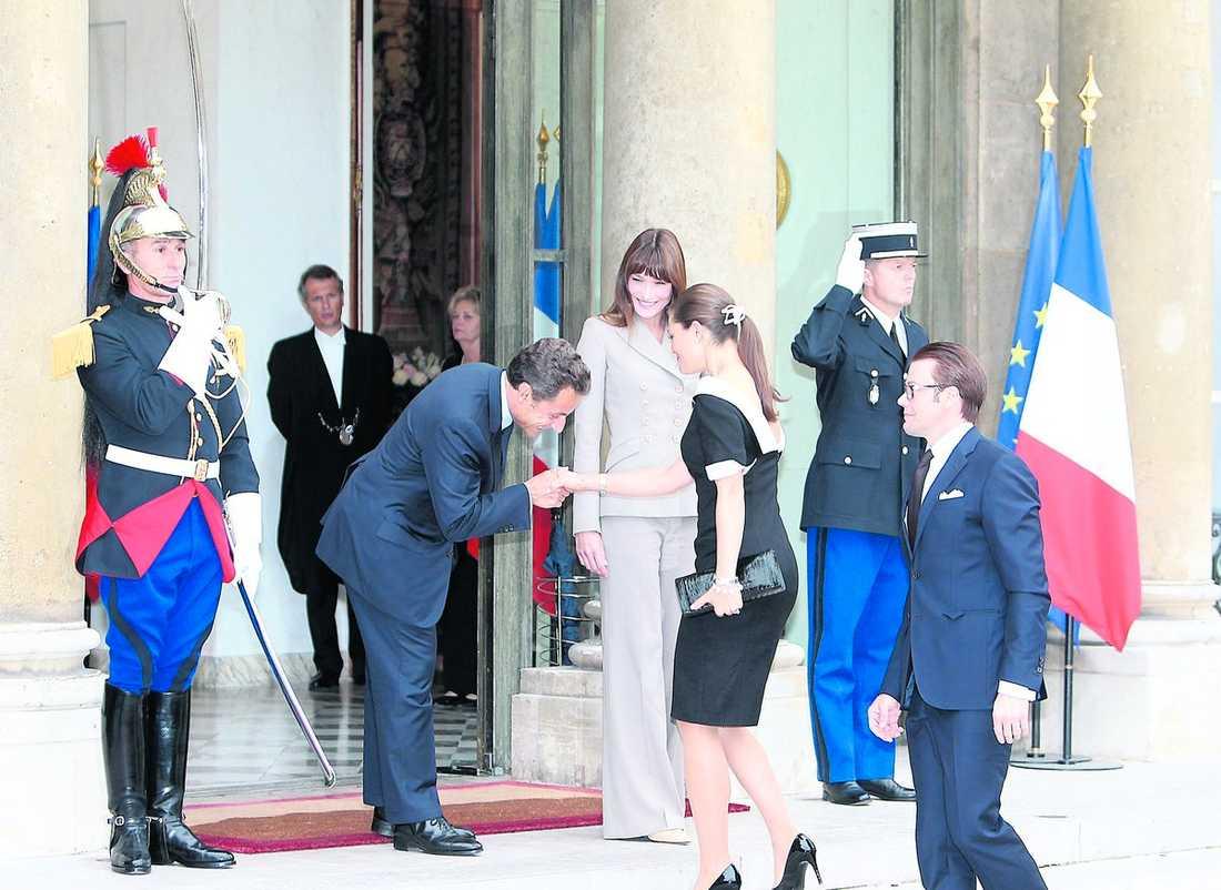 toppmöte på trappan När kronprinsessparet anlände till det franska palatset i går eftermiddag tog Nicolas Sarkozy och hustrun Carla Bruni emot på trappan. Under mötet som följde passade Victoria på att framföra sina åsikter om presidentens politik.