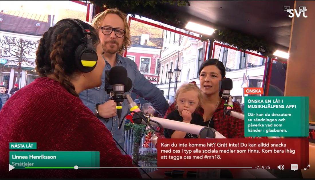 Adelina och hennes föräldrar i Musikhjälpens sändning.