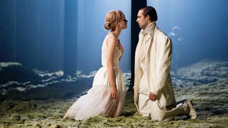 Helena (Petra Fransson) och Demetrius (Joakim Saedén). Foto: David Skoog