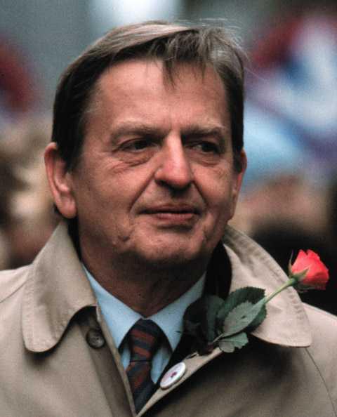 Olof Palme demonstrerar på första maj 1985. Ett knappt år senare mördades han.