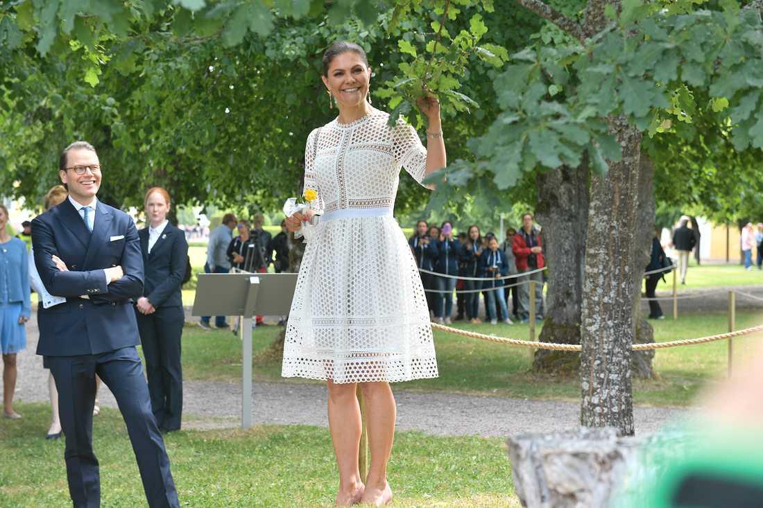 Kronprinsessan Victoria och prins Daniel tittar på en ek som Victoria planterade för 20 år sedan, under nationaldagsfirandet på Strömsholms slott.