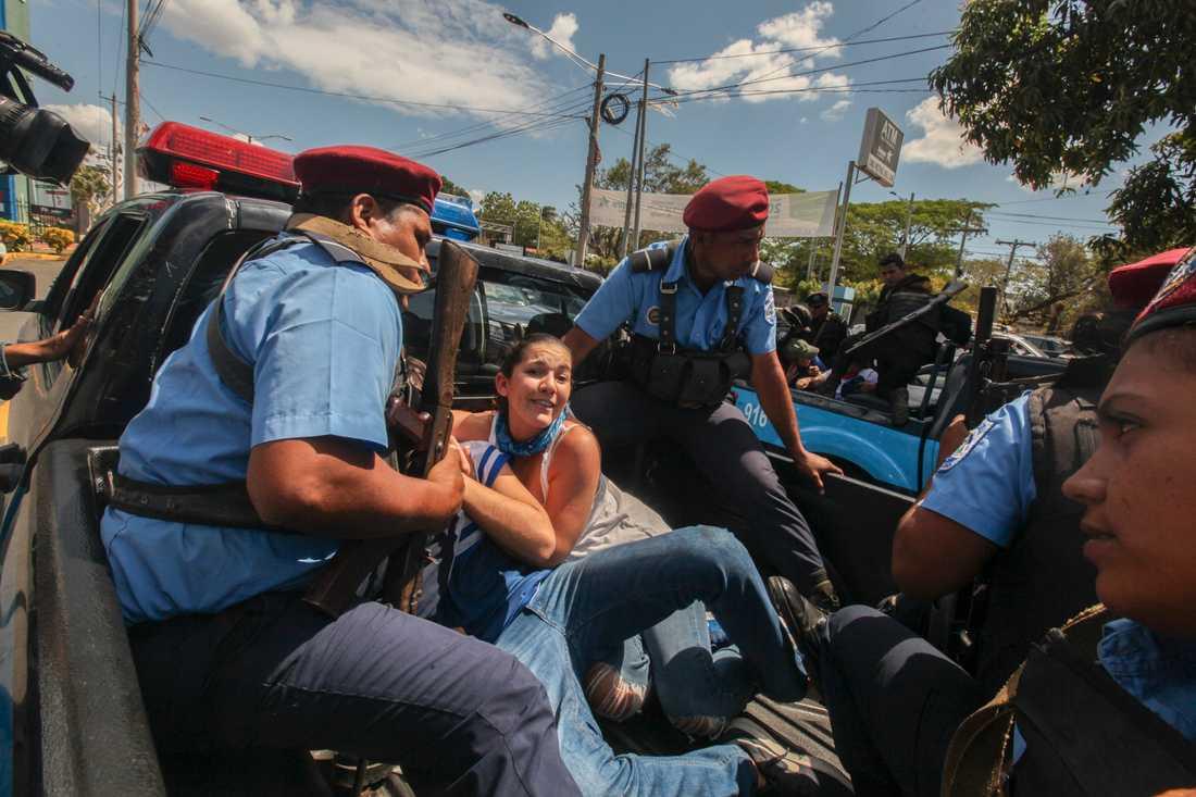 Polis griper en demonstrant i Nicaraguas huvudstad Managua i mars. Arkivbild.