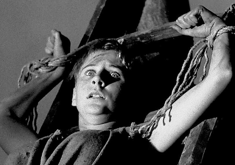 """En ung Maud """"Lina"""" Hansson bränns på bål i Ingmar Bergmans """"Det sjunde inseglet"""" 1957. Pinad redan då. Foto: SF"""