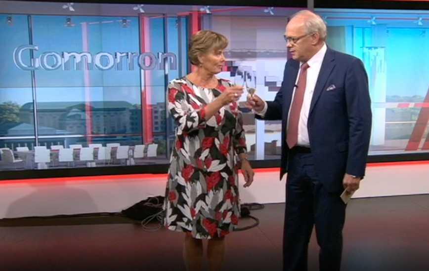 "Lotta Bouvin och Lennart Persson skålar i champagne i sista programmet av ""Gomorron Sverige"""