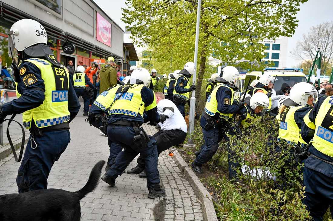 Nazistiska organisationen Nordiska motståndsrörelsen (NMR) demonstrerar i Kungälv på första maj.