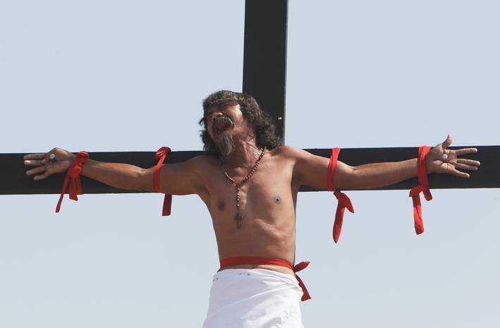 I staden San Fernando reser man på långfredagen flera kors med män som spikats fast vid händer och fötter.
