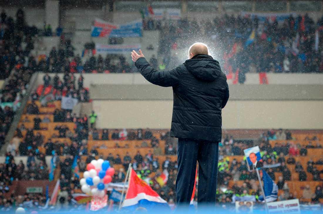Jättekampanj Presidentkandidaten pratar inför tusentals på fotbollsarenan.