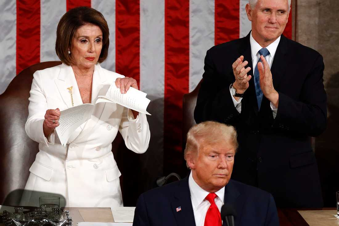 Amerikanska representanthusets talman Nancy Pelosi river sönder Donald Trumps talmanus.